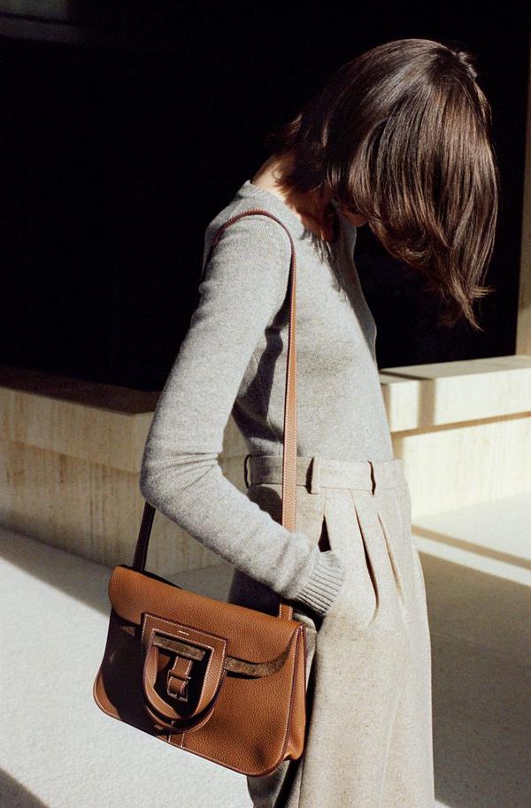 Túi Halzan:Ra mắt từ năm 2014, mẫu túi Halzan hội tụ cácyếu tốcông năng tiện dụng, đẹp mắt, mới lạ và phù hợp với nhiều hoàn cảnh.