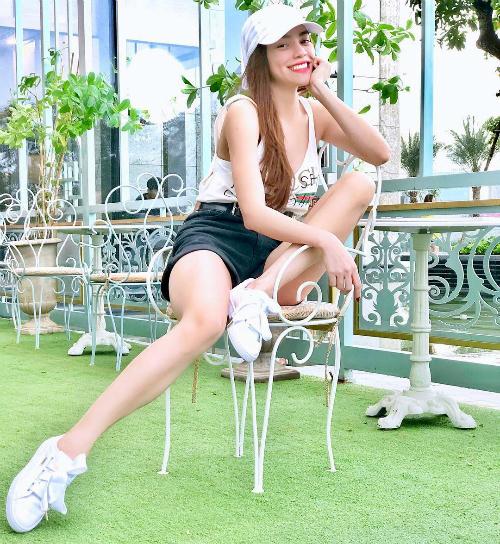 Hồ Ngọc Hà diện street style trẻ trung năng động.