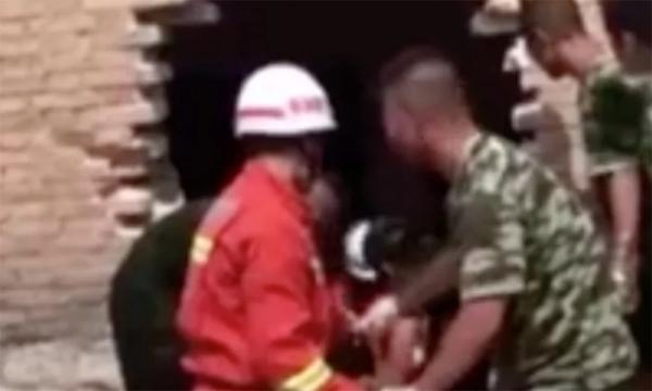 Lực lượng cứu hộ phá tường để cứu nhưng không kịp. Ảnh: qq.com.
