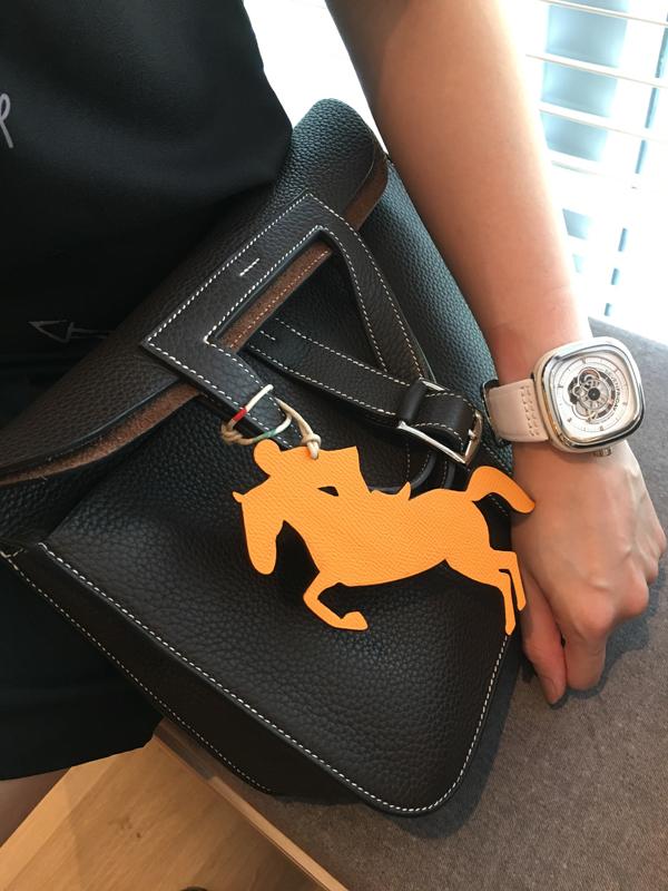 Những chiếc túi Halzan của Hermèscó thể sử dụng theo 4 cách đeo, cầm khác nhau.Thiết kế chú trọng về chức năng, sự tiện lợi với những biến tấu mới mẻ, sáng tạo, phá cách.