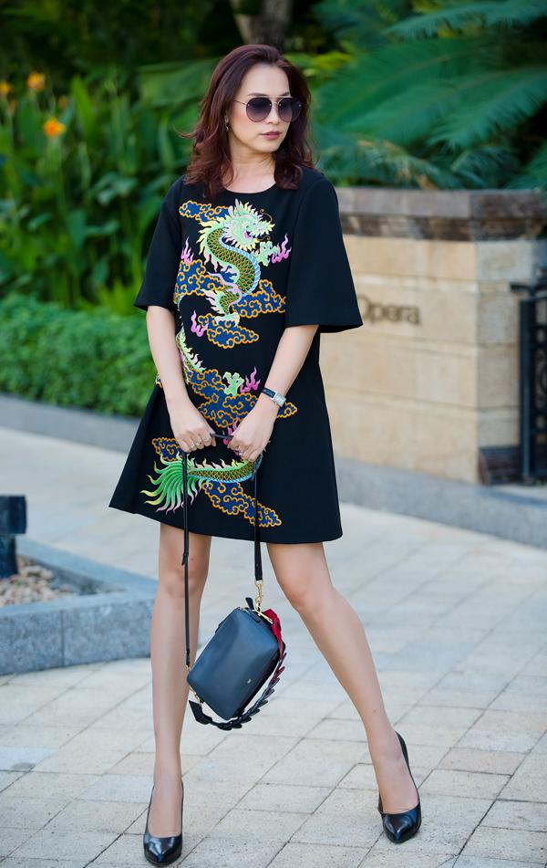 Người đẹp sinh năm 1976 hoàn thiện vẻ ngoài bằng túi đeo đơn giản, giày mũi nhọn và kính to bản.