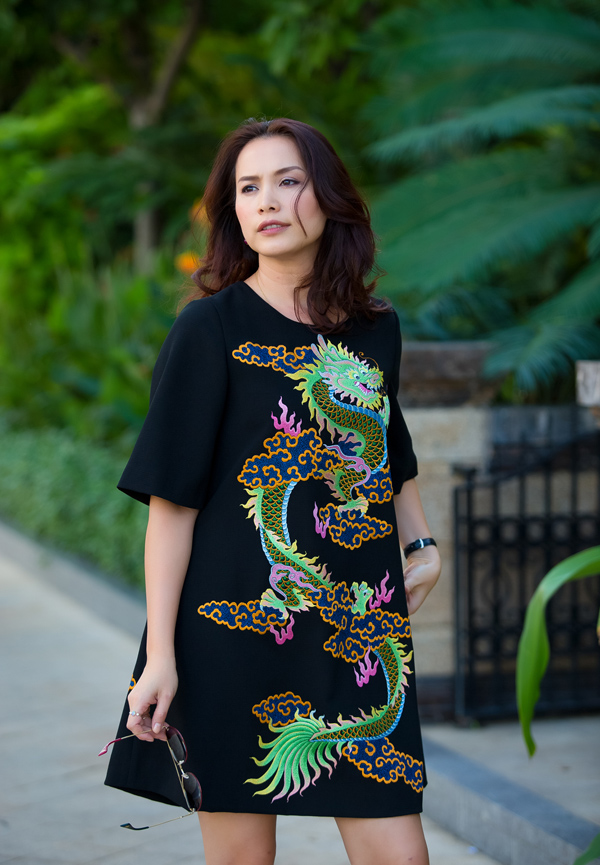 Hoa hậu Việt Nam 1998 Ngọc Khánh vừa về nước để tham gia một số sự kiện, gặp gỡ bạn bè sau thời gian sống tại Mỹ. Trong buổi dạo phố cuối tuần, cô chọn mẫu váy chữ A trẻ trung với phần tay lửng do NTK Đỗ Mạnh Cường thực hiện.