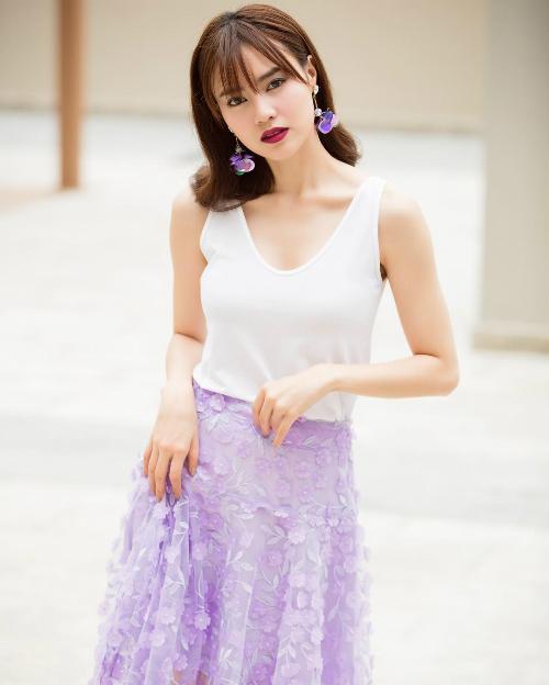 Ninh Dương Lan Ngọc được khen xinh lung linh khi diện váy tím ton sur ton với bông tai. Nữ diễn viên bình luận: Mắt ngây thơ vô số tội thiệt nè trời.