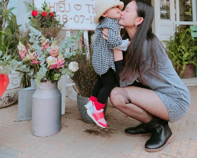 Người mẫu Phan Như Thảo âu yếm con gái cưng. Cô đang có cuộc sống hạnh phúc bên chồng đại gia Đức An trongbiệt thự gỗ 25 tỷ ở Đà Lạt.