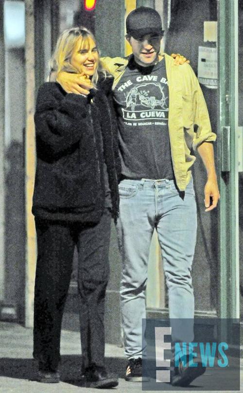 Robert Pattinson và Suki Waterhouse được trông thấy khoác vai tình tứ đi dạo trên đường phố London vào cuối tuần qua. Nguồn tin chia sẻ trên E! News, cặp đôi đã hẹn hò đi xem phim Mamma Mia! Here We Go Again ở rạp Electric trong khu Notting Hill.