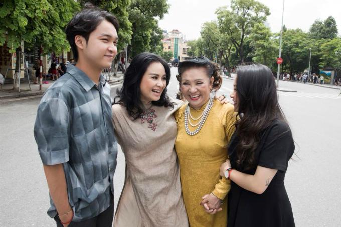 Nữ nghệ sĩ Thanh Hương cùng con gái là ca sĩ Thanh Lamvà hai cháu ngoại cười rạng rỡ trong bức ảnh chụp ở Hồ Gươm.