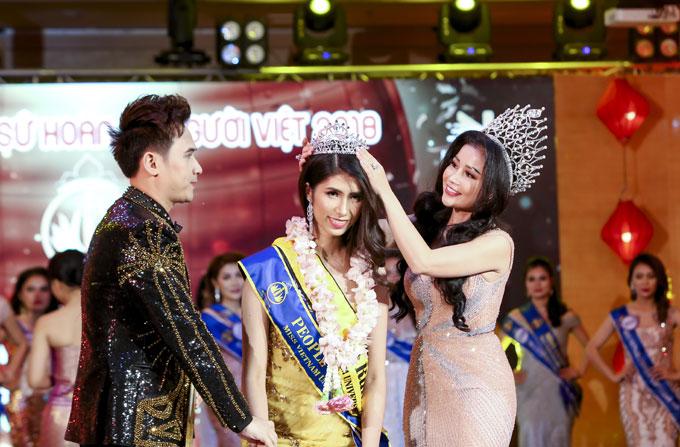 Hoa hậu Janny Thủy Trần trao vương miệng cho Á hậu 1 Lê Thị Kiều Nhung