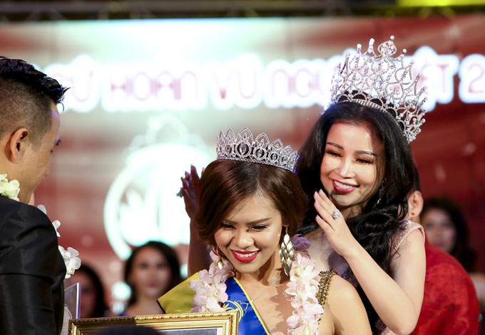 Hoa hậu Janny Thủy Trần trao vương miệng cho Á hậu 2 Thái Thị Hoa
