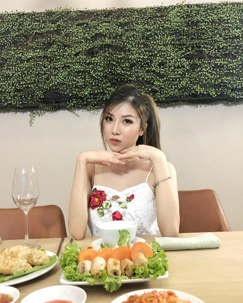 Trang Pháp tranh thủ tạo dáng pose hình trước khi ăn.