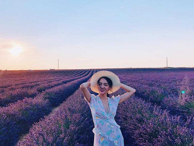 Hoa hậu chuyển giới Hương Giang lại dành nửa tháng để du ngoạn qua hầu hết những điểm du lịch nổi tiếng và thơ mộng nhất ở trời Âu. Cô hóa nàng thơ trong các bộ ảnh so deep ở cánh đồng hoa oải hưởng Valensole (Pháp),ăn trưa ởđồiMontmartre (Pháp), đi thuyền ởVenice (Italy), tham quan sân Barcelona (Tây Ban Nha), đi dạo quanh những con kênh ởAmsterdam (Hà Lan).