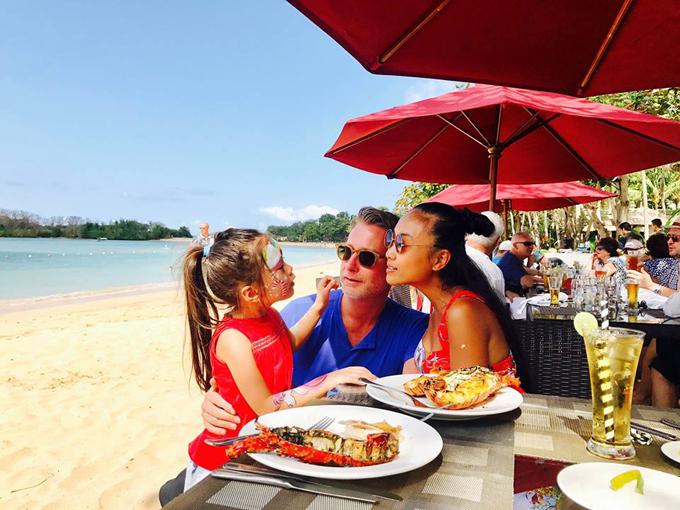 Trong khi đó, nhà Đoan Trang lại có chuyến đi 10 ngày đến Bali (Indonesia) vừa tham quan khám phá, vừa nghỉ dưỡng và tận hưởng không khí trong lành ở đây. Cô đăng tải hình ảnh theo ngày và đặt tên là Nhật ký Bali. Một trong những trải nghiệm đáng nhớ nhất trong chuyến đi là thời khắc ngắm mặt trời lặn trên biển.