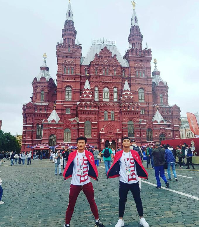 Đôi bạn thân Bùi Tiến Dũng - Hà Đức Chinh sang Nga với tư cáchlà người trao giải Cầu thủ hay nhất trận bán kết World Cup 2018 giữa Anh và Croatia. Lần đầu tiên tới xứ sở bạch dương, đôi bạn không thể bỏ qua việc check in quảng trường Đỏ và ăn kem ở một trong những điểm du lịch nổi tiếng nhất hành tinh.