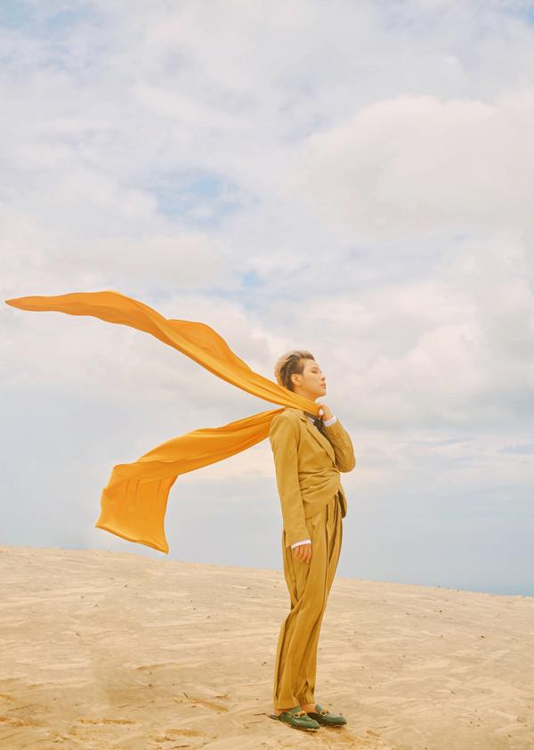 Nữ ca sĩ phơi mình giữa nắng gió mùa hè, chụp ảnh trên đồi cát mênh mông ở Mũi Né, Phan Thiết.