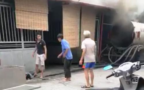 Xe bồn hút bể phốt đang trong quá trình sửa chữa bất ngờphát nổ, làm chết thợ hàn Đỗ Văn Minh. Ảnh: cắt từ video clip