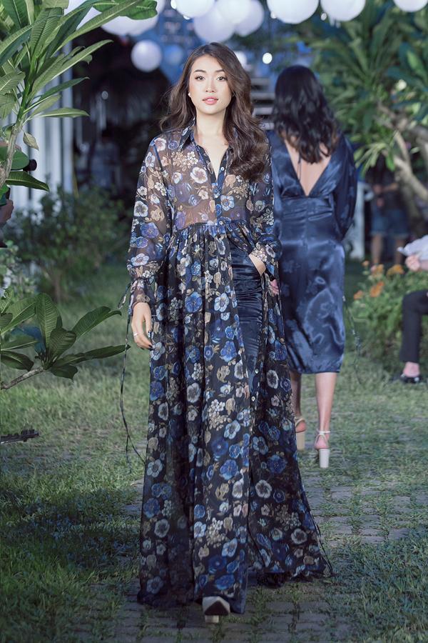 Á hậu Lệ Hằng - người tình quen thuộc của Adrian Anh Tuấn mở màn cho show. Cô để lộ cả nội y trongthiết kế áohoạ tiết hoa có dáng dài đến gót chân.
