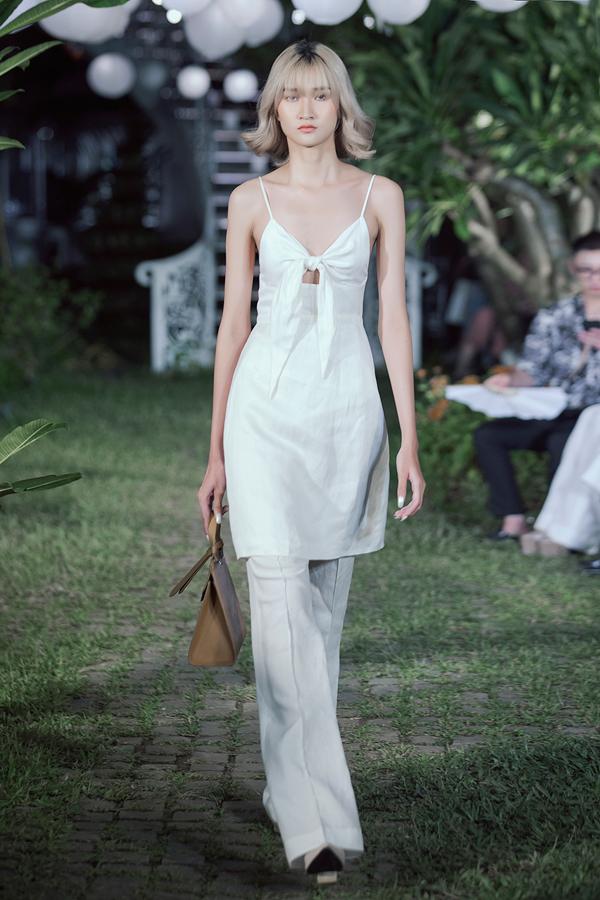 Xen kẽ nhữngmẫu váy nhẹ nhàng, một số trang phục có phom dáng hiện đại, cá tính cũng được Adrian Anh Tuấn giới thiệu trong show.
