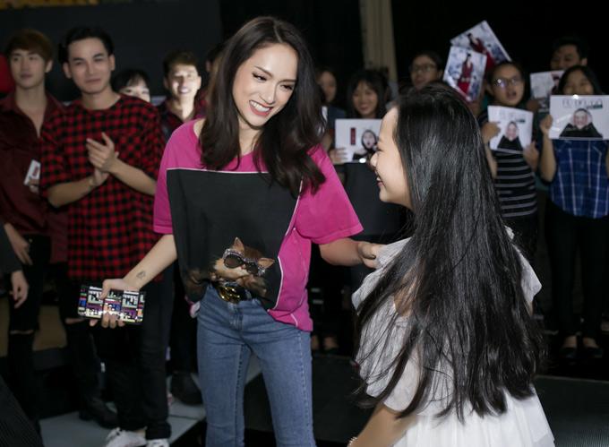 Hương Giang mặc áo thun, quần jeans dự sự kiện ra mắt album mới của bé Hoài Ngọc - Á quân The Voice Kids 2017 tại TP HCM.