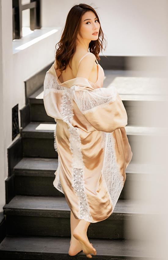 Chất liệu vải lụa mềm mại được kết hợp cùng ren mỏng mảnh để mang đến các mẫu trang phục giúp người mặc giải phóng cơ thể.