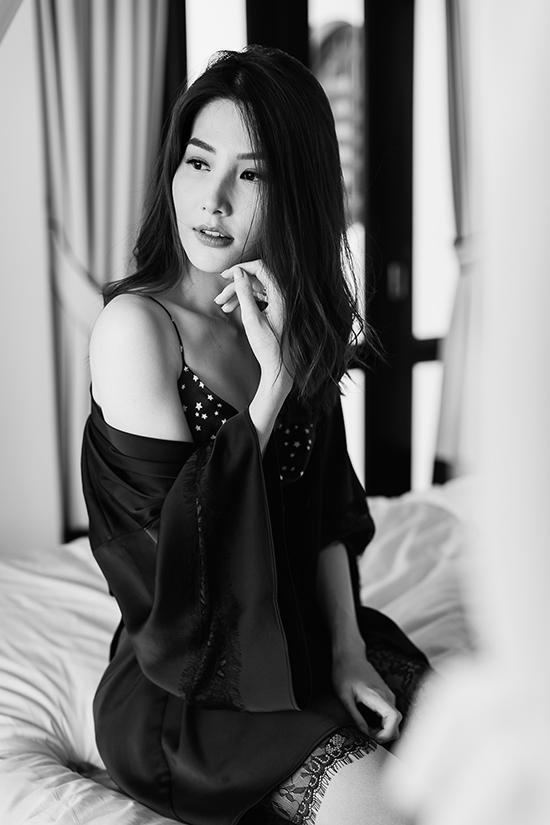 Phối cùng váy hai dây gợi cảm là các thiết kế áo choàng, áo pijama vải lụa nhân tạo mang lại sự thoáng mát ngày hè.