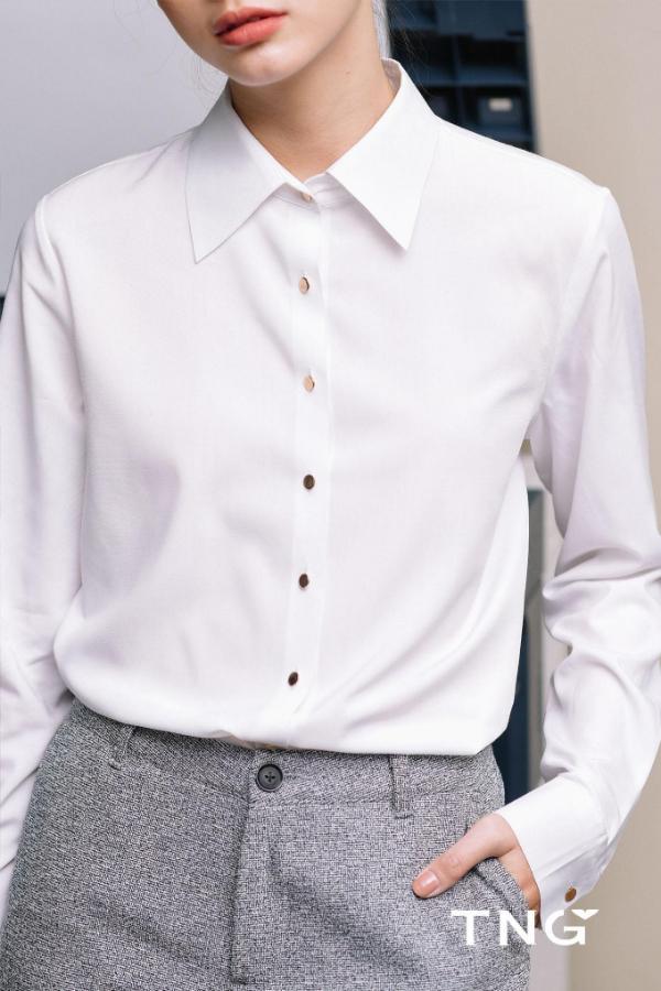 Sơ mi là một trong những trang phục không thể thiếu trong tủ đồ của các cô nàng công sở yêu thích sự nhẹ nhàng, thanh lịch. Những chiếc áo sơ mi ngày nay cũng được thiết kế linh hoạt với đa dạng kiểu dáng từ quyến rũ, duyên dáng tới cá tính, mạnh mẽ. Tùy thuộc vào sở thích, bạn dễ dàng lựa chọn được một chiếc áo hợp với mình.