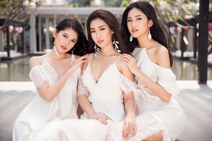 Ba người đẹp diệnđầm maxi của nhà thiết kếAdrian Anh Tuấn, tạo dáng ở một khu nghỉ dưỡng bên bờ biển Đà Nẵng.