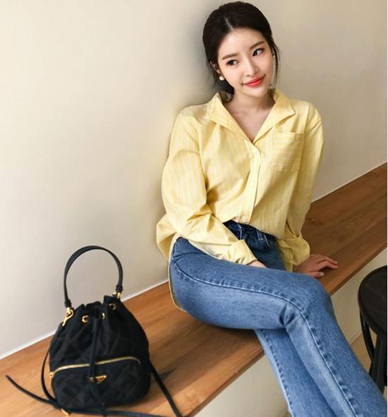 Những mẫu áo kiểu dáng đơn giản với điểm nhấn cổ vest, cổ pijama vẫn được nhiều nàng công sở yêu thích.