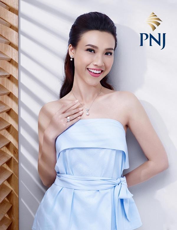 Hoàng Oanh cho biết bộ sưu tập Dáng Ngọcđược lấy cảm hứng từ vẻ đẹp hiện đại cùng những thiết kế phá cách,trẻ trung mang đến lựa chọn tinh tế cho những cô nàng thời trang và phong cách.