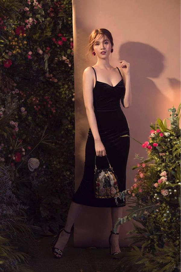 Váy hai dây với đường cắt may đẹp mắt, vải nhung the mịn màng được người đẹp lăng xê ở mùa hè năm nay.