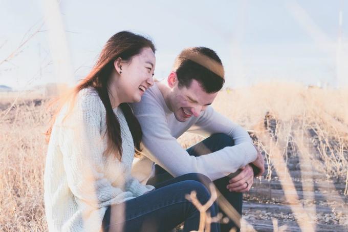 Giao tiếp điều không thể thiếu trong mọi mối quan hệ tình cảm.