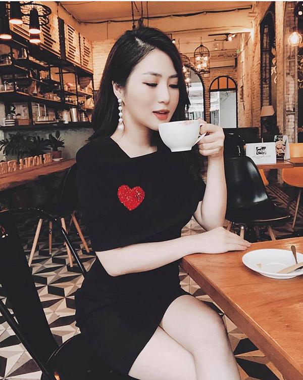 Muốn thể hiện phong cách sang chảnh, bạn gái có thể lựa váy nhung trang trí hoạ tiết trái tim của Hương Tràm để chưng diện.