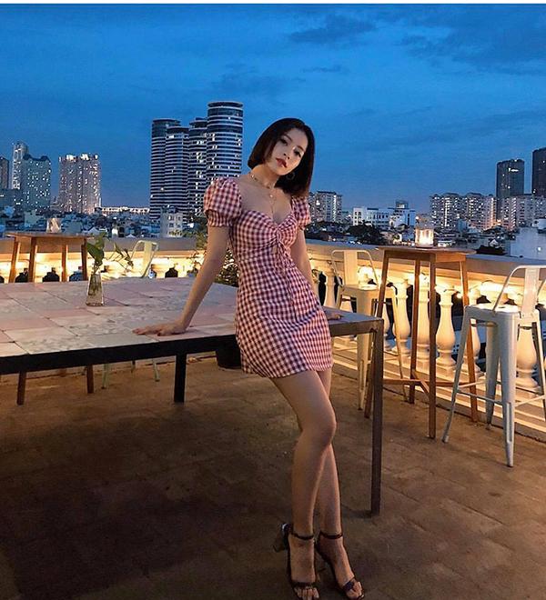 Nếu muốn xây dựng hình ảnh trẻ trung, gợi cảm theo style Hàn Quốc thì bạn có thể chọn kiểu đầm ca rô như của Chi Pu.