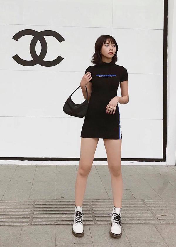 Ngoài chân váy ngắn, Phí Phương Anh còn chọn thêm váy ôm sát body để khoe nét trẻ trung, năng động.