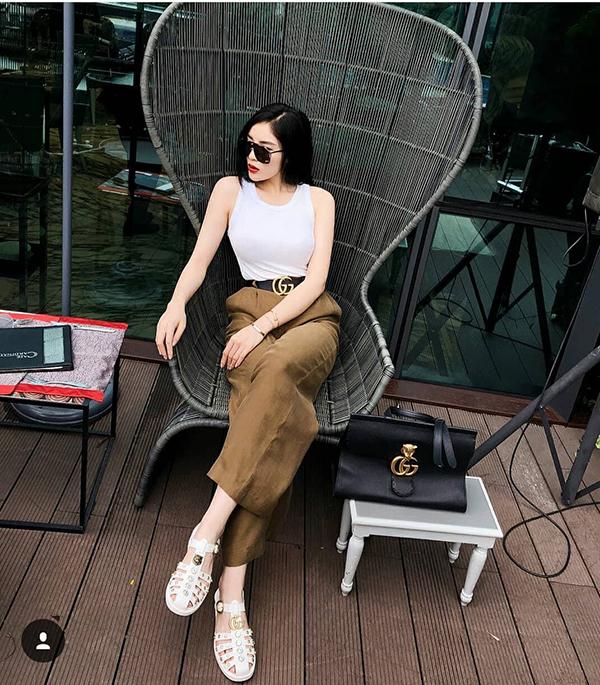 Khi diện áo thun ba lỗ, quần ống rộng đơn giản, Kỳ Duyên chọn nguyên set phụ kiện Gucci để tạo điểm nhấn.