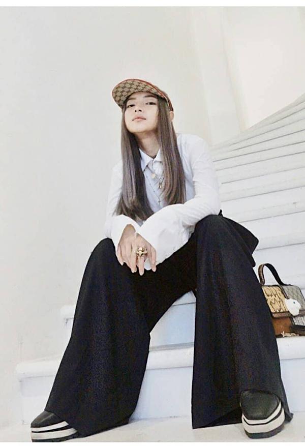 Quần ống rộng vạt lớn, giầy đế xuồng, sơ mi cách điệu là những món đồ dành cho bạn gái thích sự nổi loạn như Châu Bùi.