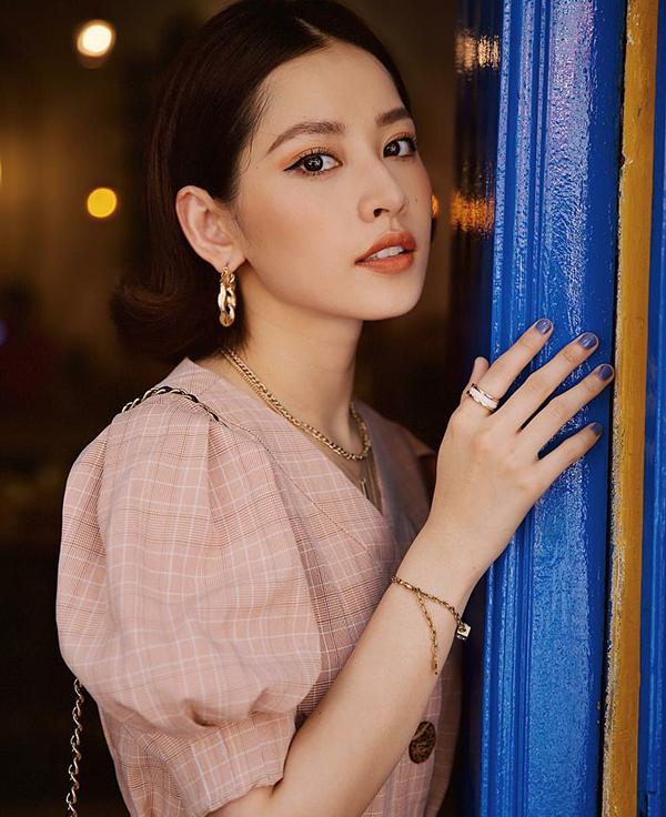 Váy ca rô có kiểu dáng cổ điển là trang phục được phái đẹp yêu thích trong tiết trời chuyển mùa. Chi Pu nhanh tay chọn váy tay bồng để thể hiện sự sành điệu cùng xu hướng mới.