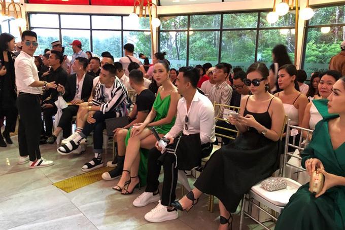 Khán giả yên vị bên trong nhà để thưởng thức nốt hai màn còn lại của show.