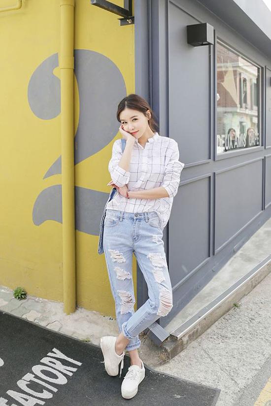 Những cô nàng cá tính và thích sự năng động có thể phối sơ mi cùng jeans rách và giầy thể thao.