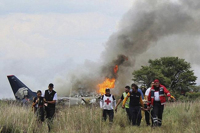 Theo CNN, hôm qua (31/7), phi công của chiếc máy bay thuộc Aeromexico đã cố gắng hạ cánh ở sân bay quốc tế Durango ngay khi vừa cất cánh do thời tiết xấu nhưng không kịp khiến máy bay lao xuống khu vực cây cối, bụi rậm cuối đường băng.