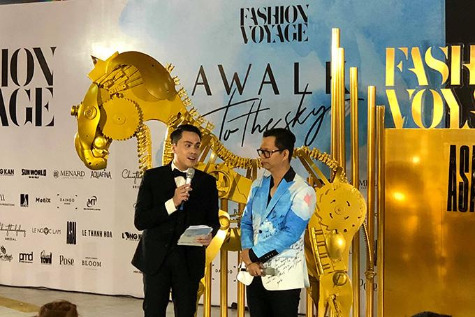 Đạo diễn Long Kan (phải) quyết định dời show vào sảnh.