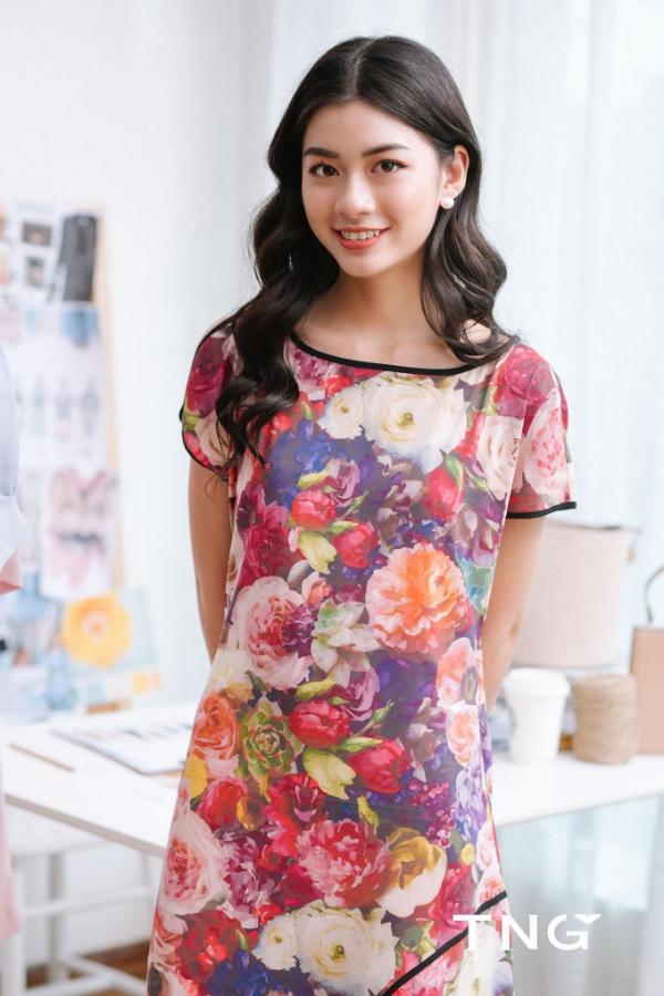 Một chiếc váy hoa với màu sắc sặc sỡ rất thích hợp cho mùa hè.
