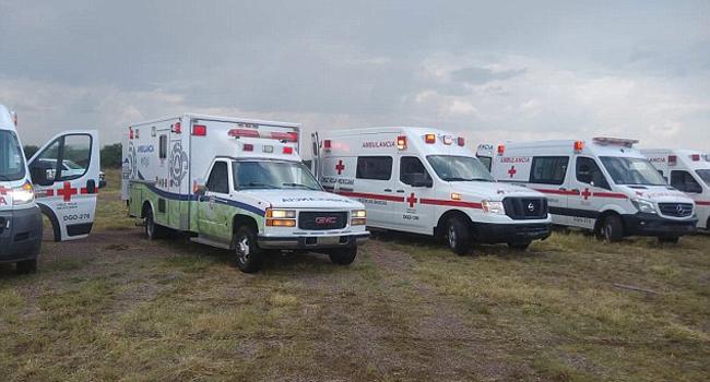 Nhiều chiếc xe cấp cứu túc trực sẵn tại hiện trường để chờ chở những người gặp nạn tới bệnh viện.