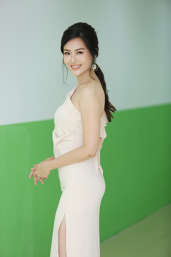 Ở tuổi 42, Hoa hậu Thu Thủy vẫn giữ được vóc dáng thanh mảnh. Bí quyết của cô là uống nhiều nước, chăm tập yoga và để đầu óc thư thái.