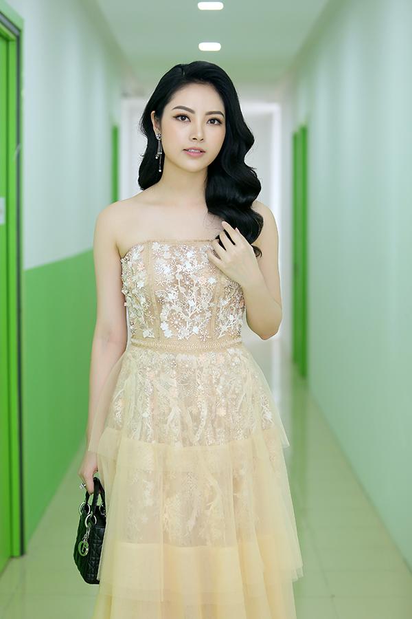 Hoa hậu Ngọc Anh xuất hiện với vẻ phong cách nữ tính quen thuộc. Là một trong những giám khảo của cuộc thi, cô mong muốn tìm được gương mặt xứng đáng để trao giải thưởng trị giá 20 tỷ và những cơ hội làm việc tại làng giải trí quốc tế.