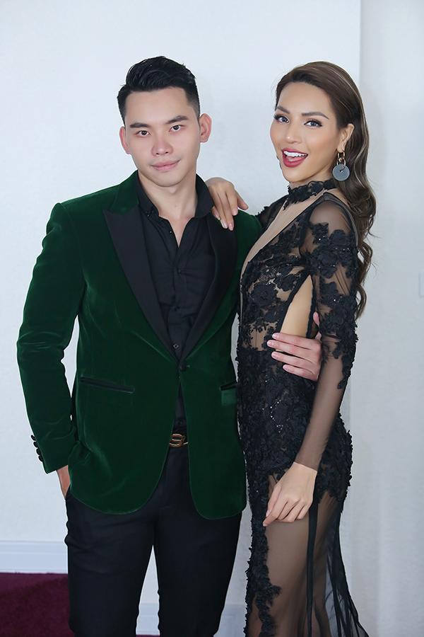 Người mẫu Khả Trang thân thiết với MC Mạnh Khang.