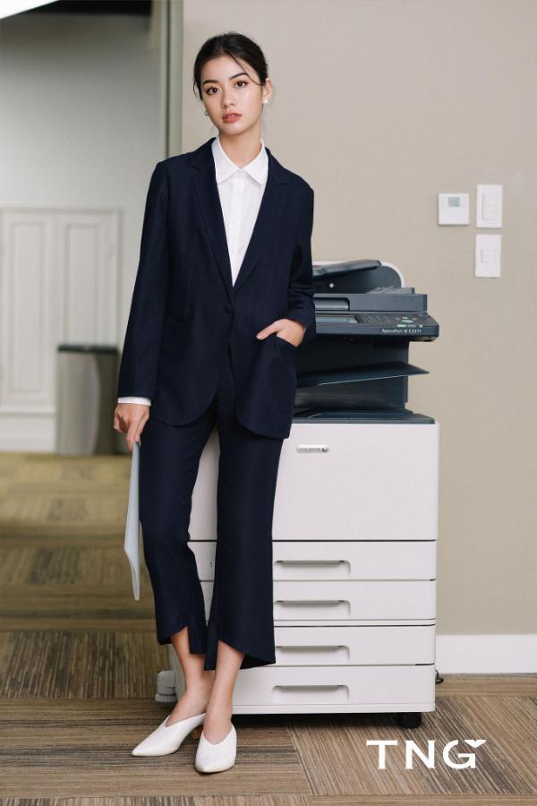 Đặc biệt, phong cách menswear không còn xa lạ với những cô nàng cá tính nhưng vẫn yêu thích sựthanh lịch. Bạn có thể khoác một chiếc blazer ngoài áo sơ mi với quần âu cùng bộ hay khác màu để tạo nên phong cách thời trang riêng, ấn tượng.