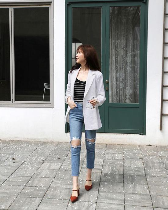 Jean ôm được kết hợp cùng blazer, áo kẻ sọc, giầy mũi nhọn để tôn nét hiện đại cho người mặc.