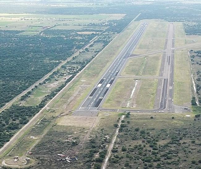 Chiếc máy bay bị nạn nằm không xa cách phía cuối đường băng tại sân bay quốc tế Durango, miền bắc Mexico.