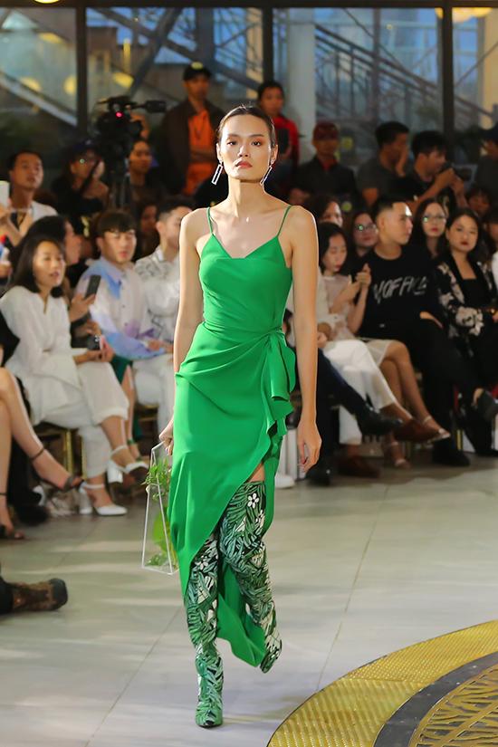 Các mẫu váy gợi cảm được cắt may trên nhiều chất liệu mềm nhẹ như lụa, tơ tằm, taffta&