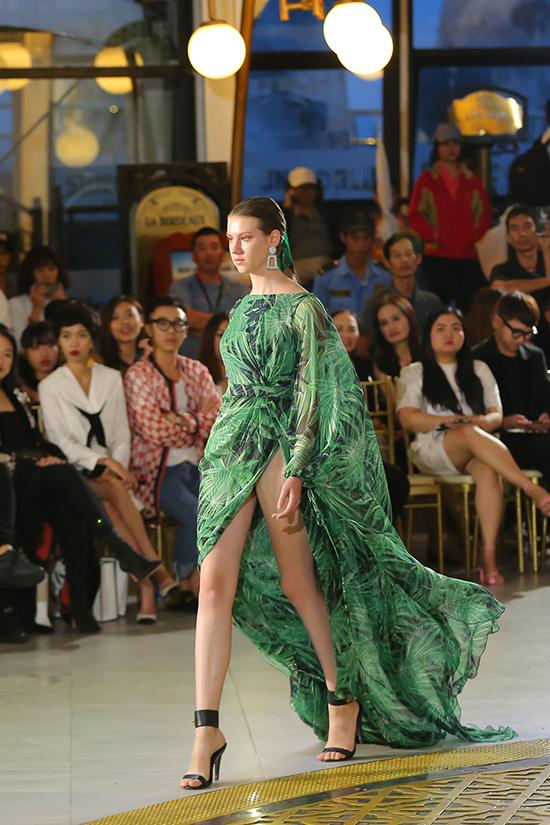 Với dòng thời trang dạ tiệc, Lê Thanh Hoà ưu tiên các kiểu váy xẻ cao bất tân tôn nét sexy cho người mặc.