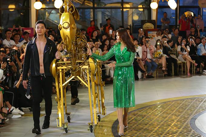 Gặp phải trục trặc nhỏ vì ngựa sắt kẹt bánh xe lăn, nhưng Thanh Hằng vẫn làm chủ sân khấu và thể hiện thàn thái cuốn hút trong màn kết show.